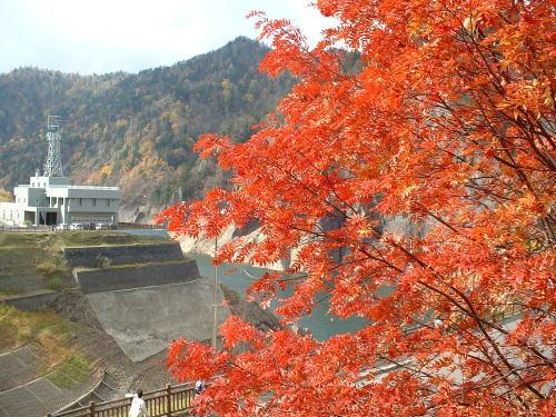 豊平峡ダムと赤い紅葉